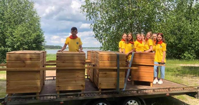 Юні ратнівські рейнджери встановиили смітники на березі озера