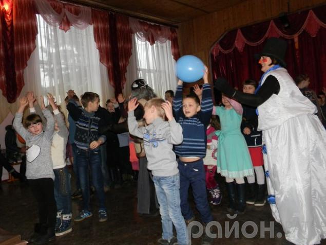 Діти грають у гру «Передай кульку зверху»