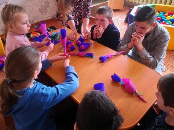 У Ратному діти власноруч виготовляли подарунки до 8 березня
