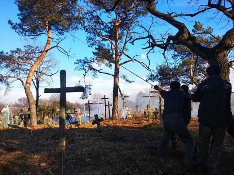 У Залухові прибрали місцеве кладовище