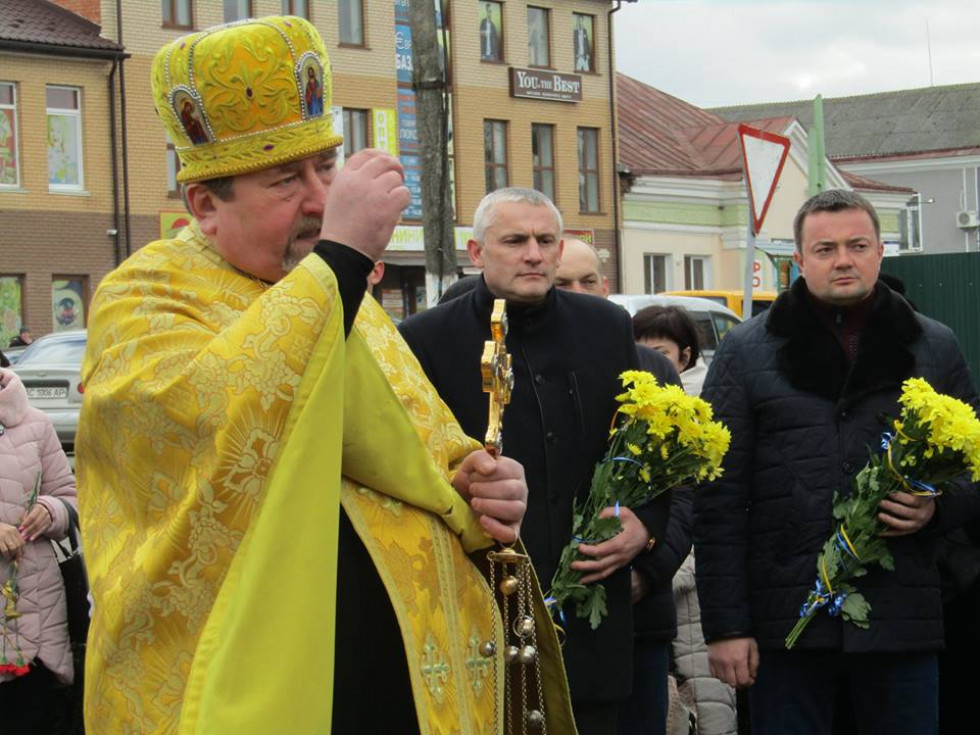 Отець Роман проводить поминальне богослужіння