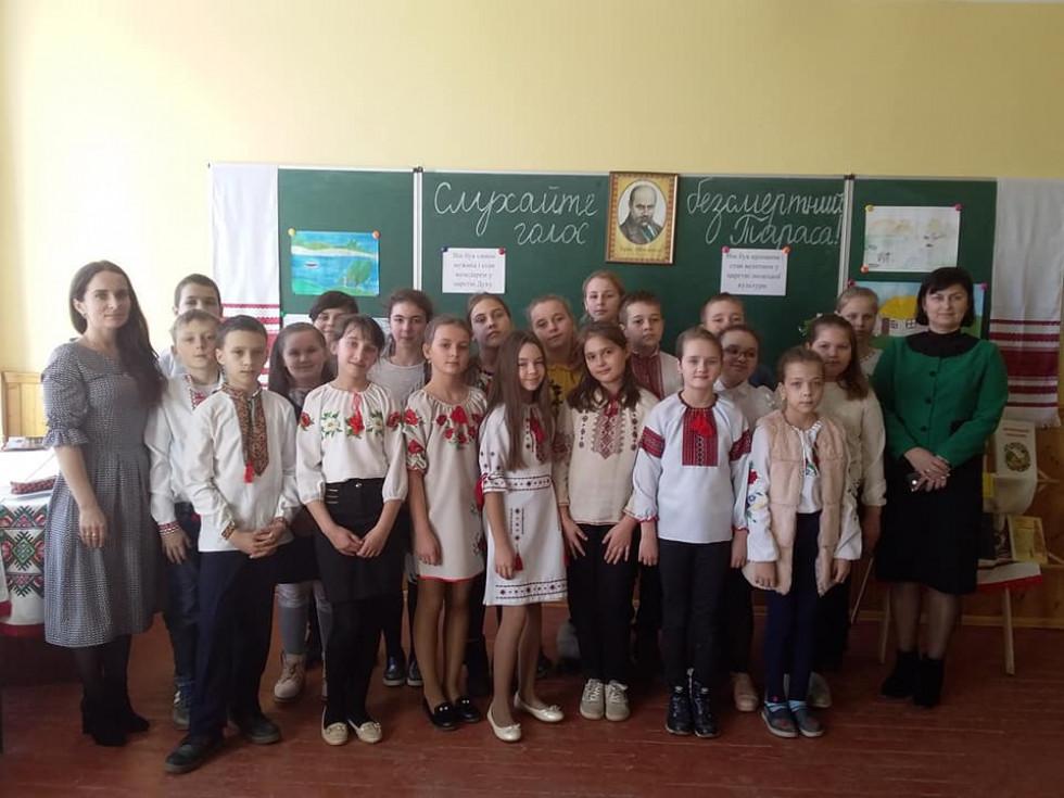 П'ятикласники разом із директоркою школи та класною керівницею