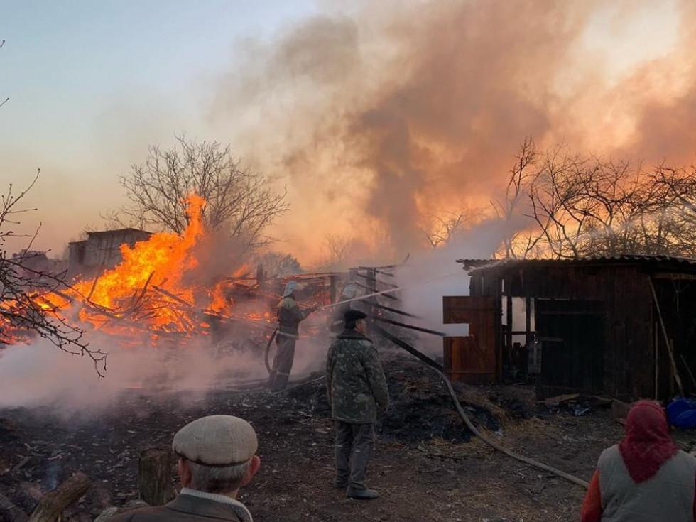 Рятувальники та небайдужі гасять пожежу