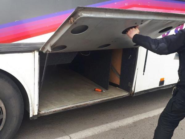 У рейсовому автобусі прикордонники виявили сховок цигарок