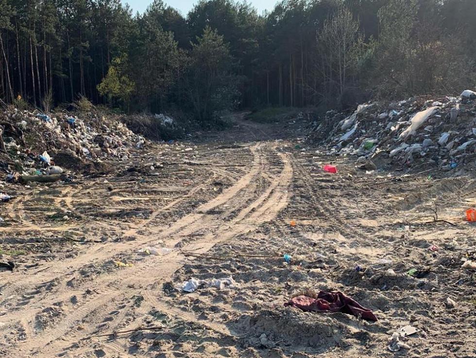 Бульдозер розрівняв деякі ділянки на сміттєзвалищі