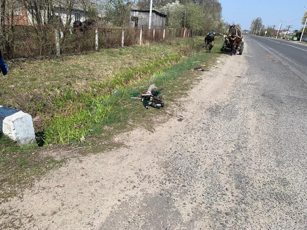 Міцеві мешканці прибирають вулиці села