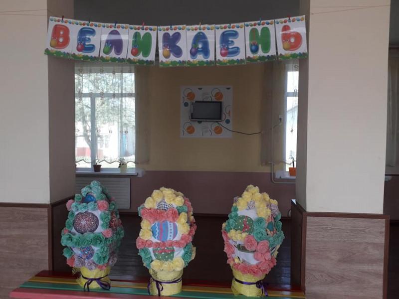 У Бродах прикрасили школу до Великодня