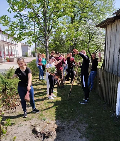 Школярі висаджують дерева