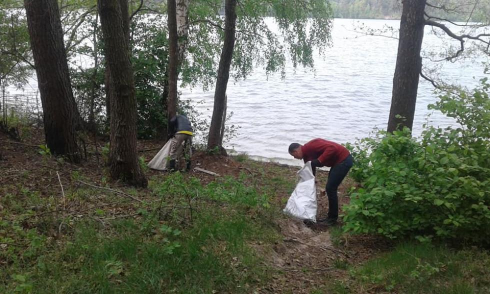 Прибирання навколо озера