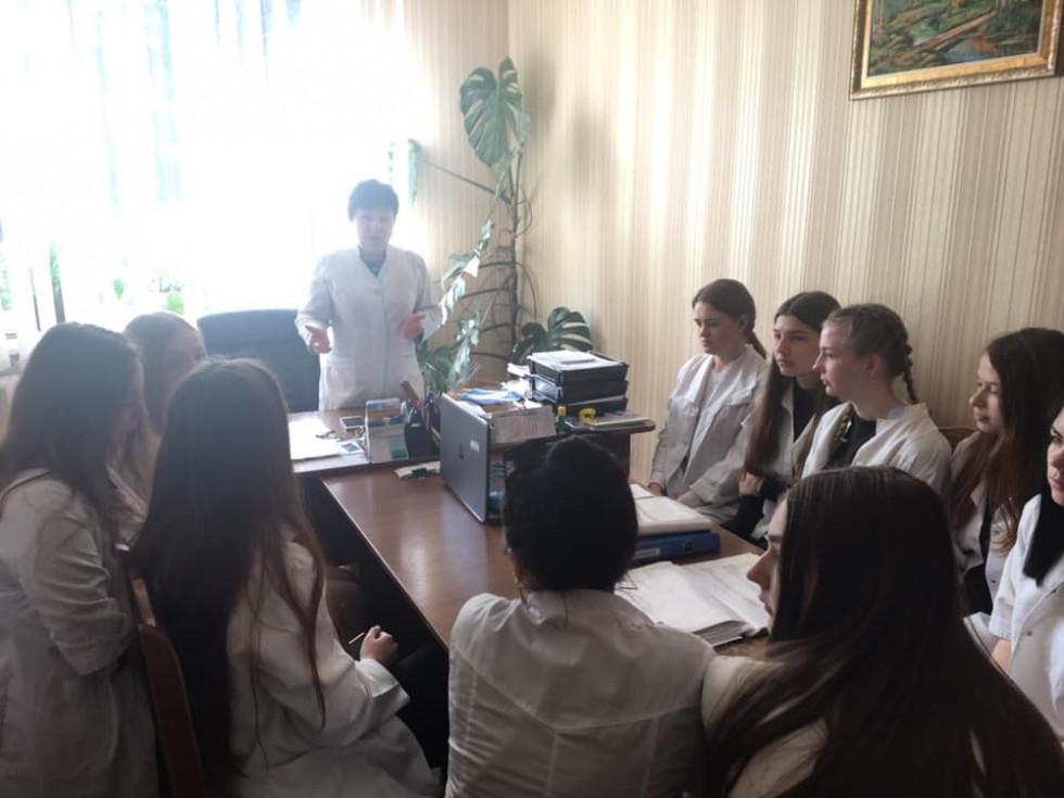 Людмила Терещук знайомить учениць із особливостями роботи закладу та сімейних лікарів