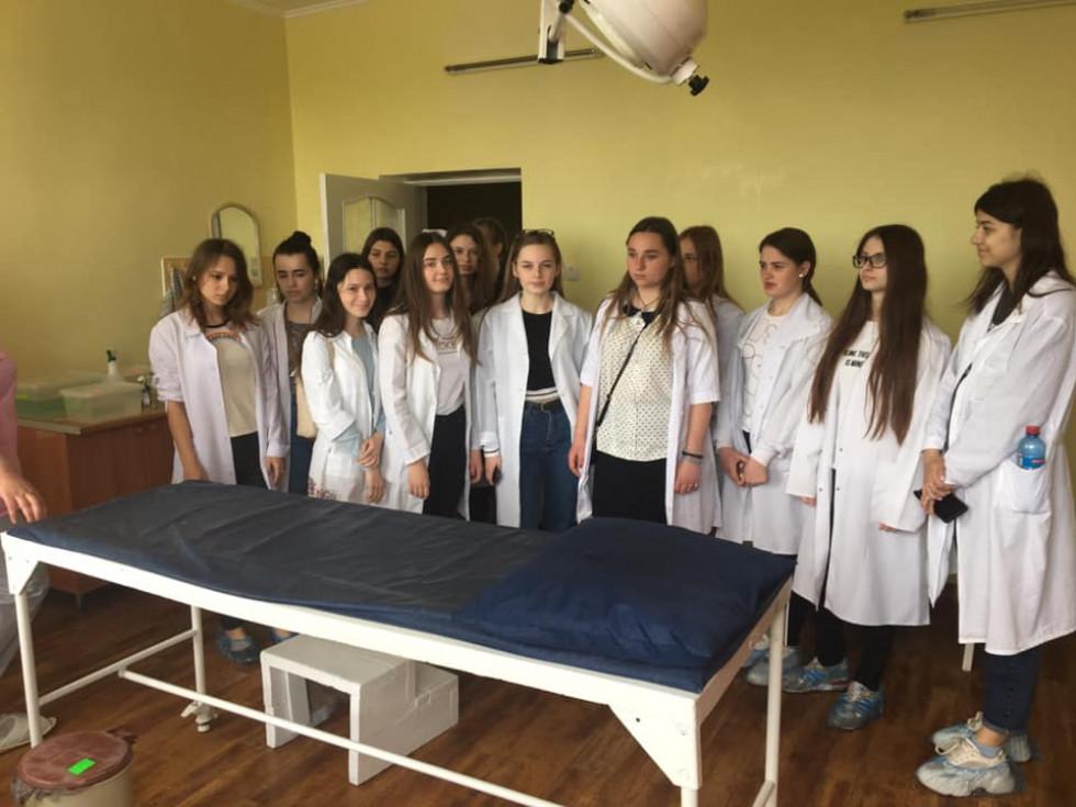 Школярки знайомляться із роботою лікарні