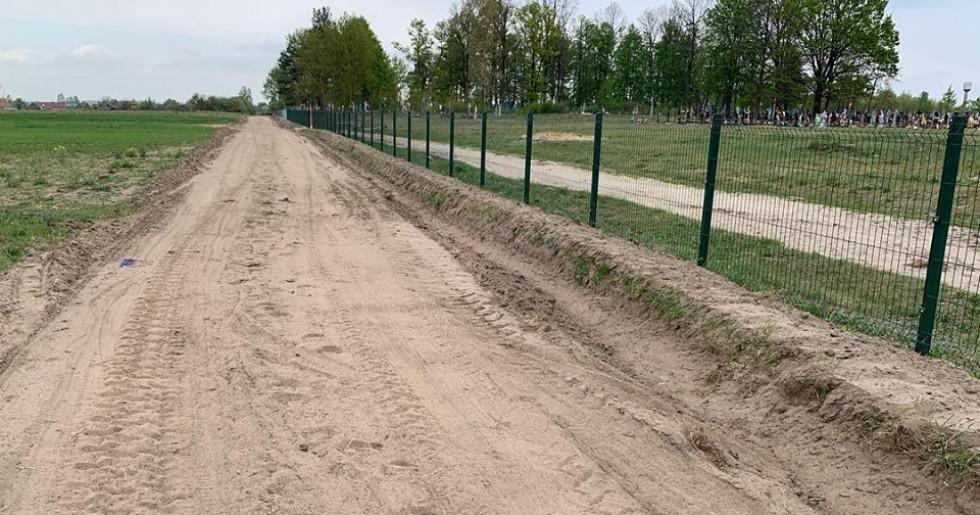 Нова огорожа та дорога біля кладовища