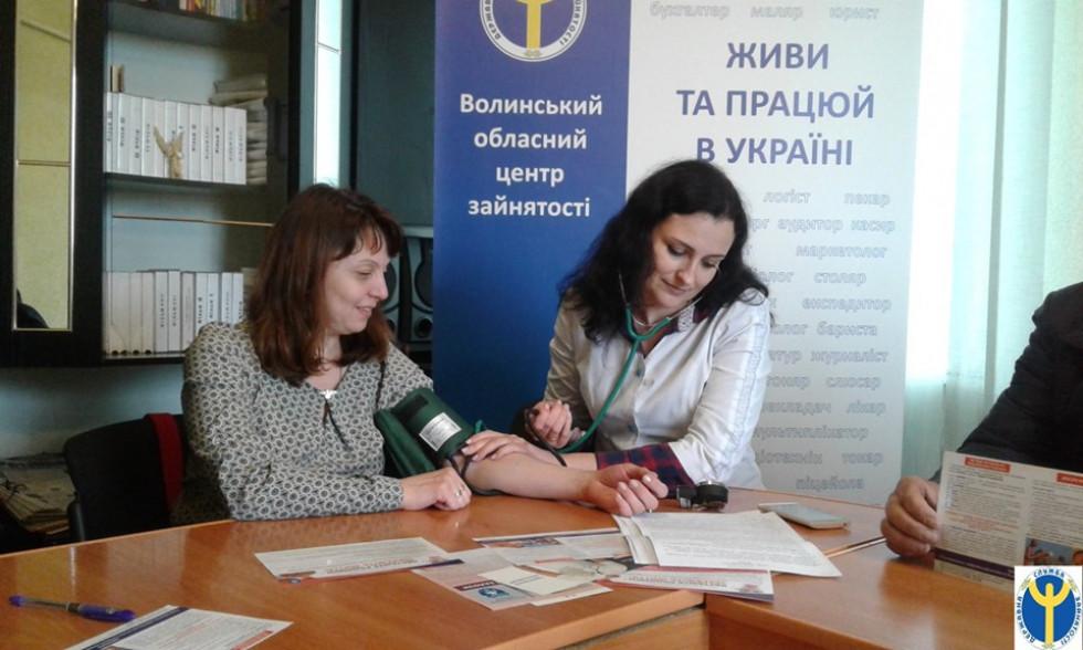 Тетяна Савчук вимірює тиск