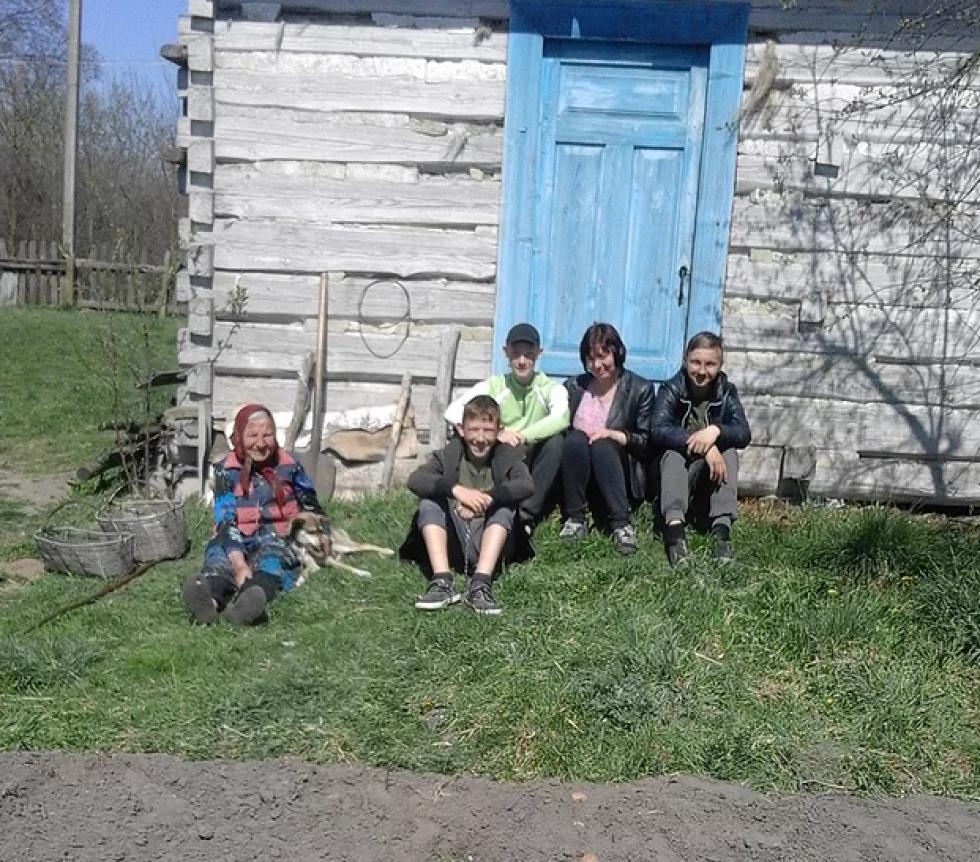 Школярі разом із літньою односельчанкою