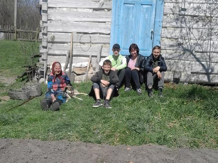 Замшанівські школярі допомагали по господарці одиноким односельчанам