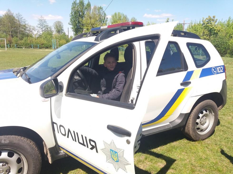 Школярі мали нагоду посидіти в поліцейськму авто