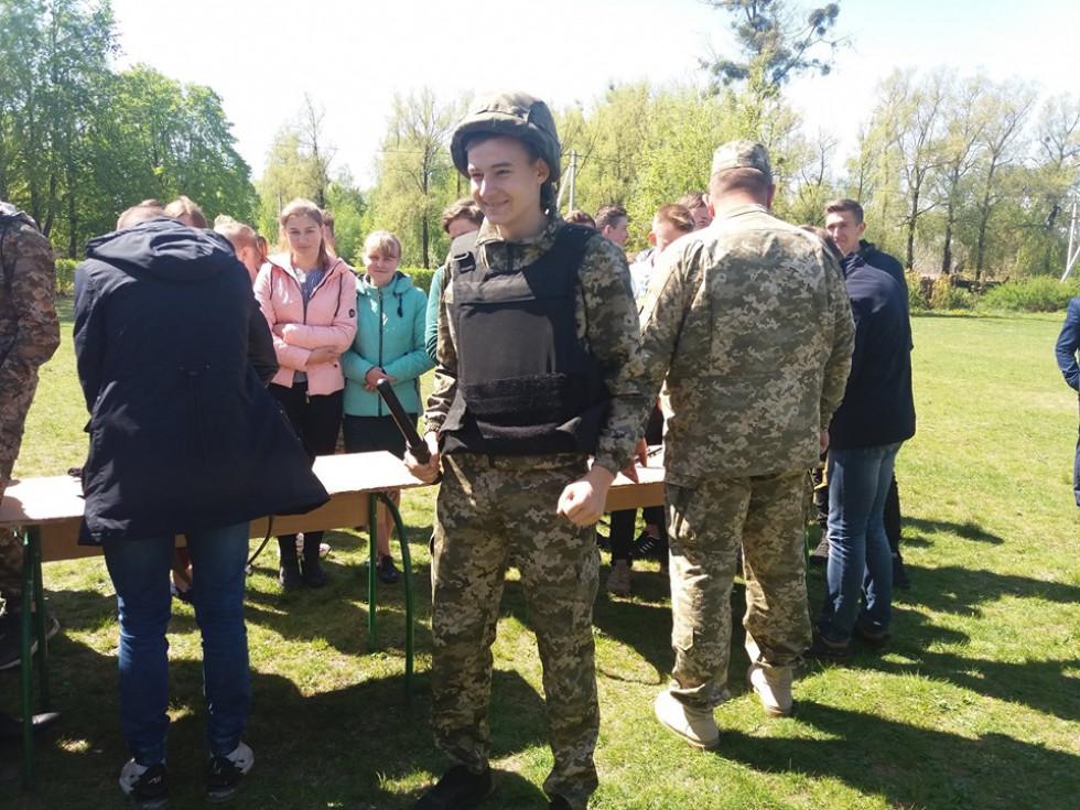 Школярі приміряли на себе форму військових