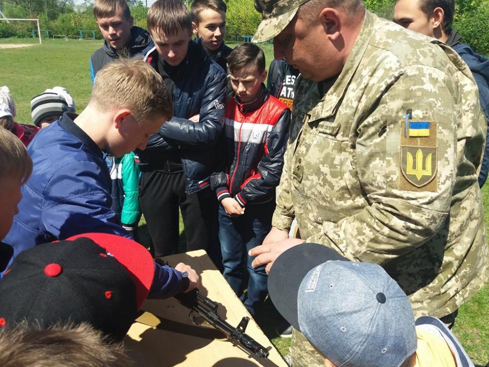 Школярі вчаться розбирати автомат