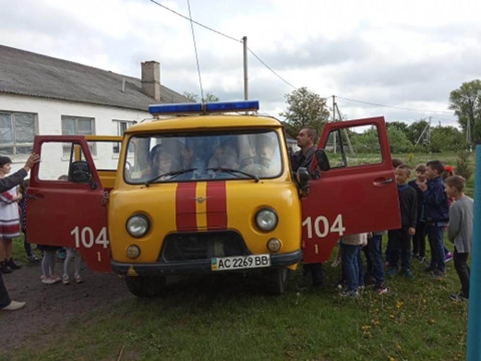 Школярі мали нагоду побачити машину аварійної служби із середини