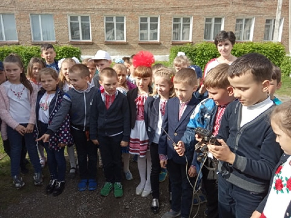 Школярам показують прилад для вимірювання газу