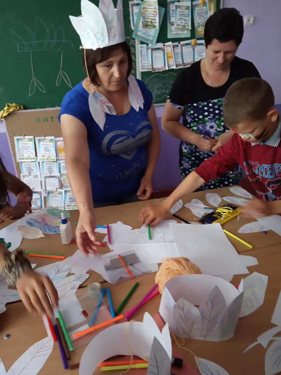 Школярам допомагають виготовляти корони