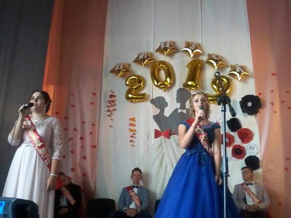 Дівчата співають тематичну пісню