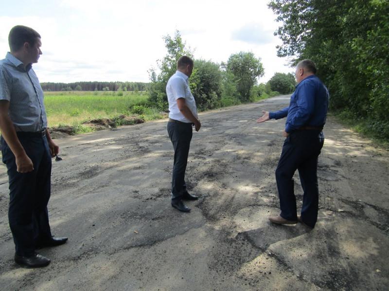 Керівники району оглядають ремонт дороги