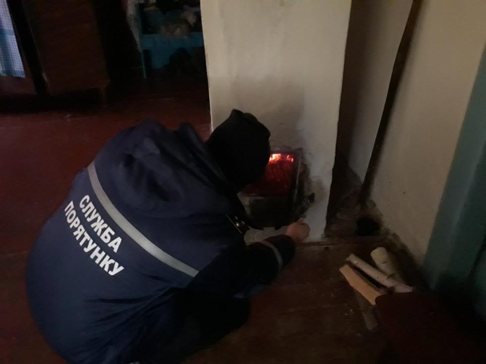 Рятувальники перевіряють опалення будинку