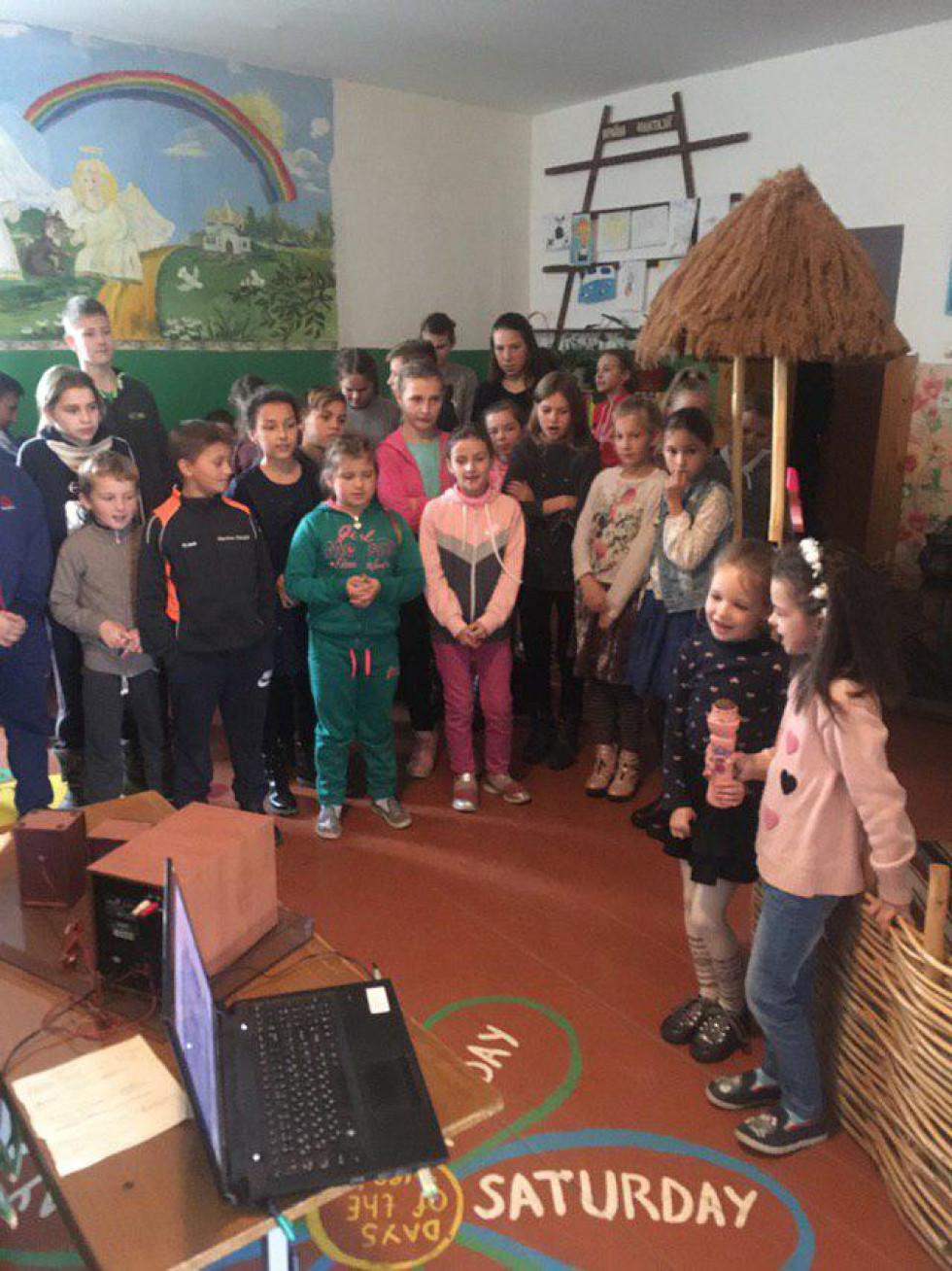 Школярі співають пісні