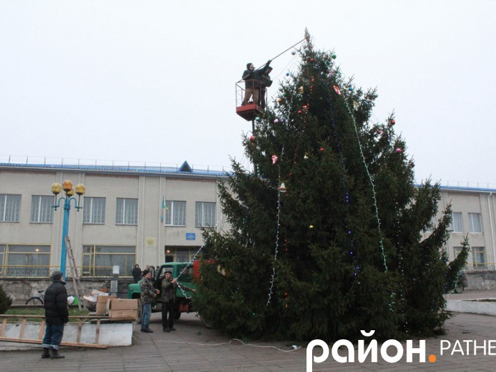У Ратному прикрашають новорічну ялинку