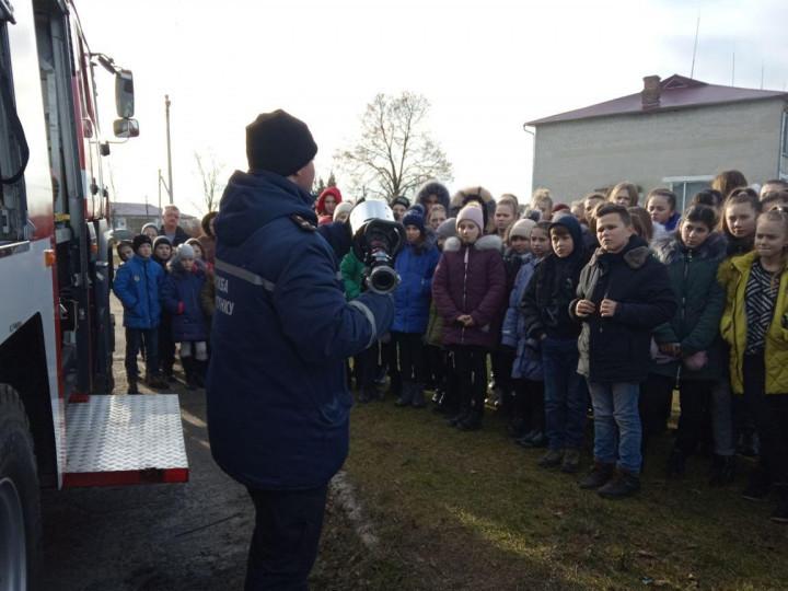 У гості до школярів  НВК села Гірники завітали рятувальники