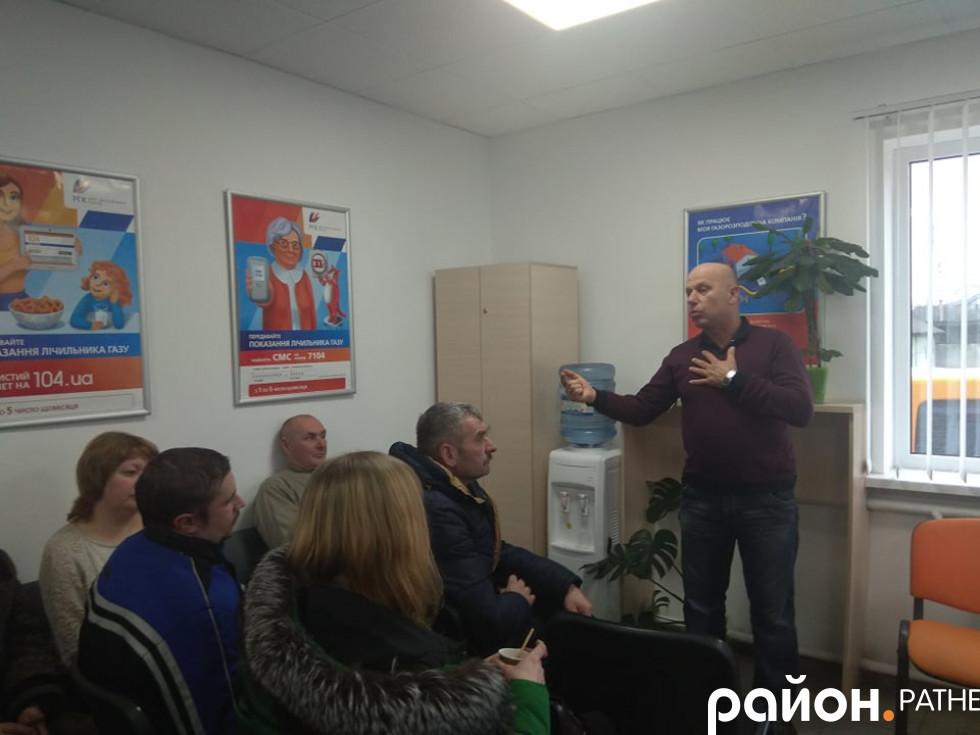 Анатолій Тарасюк роз'яснює клієнтам, що означають дві платіжки за газ
