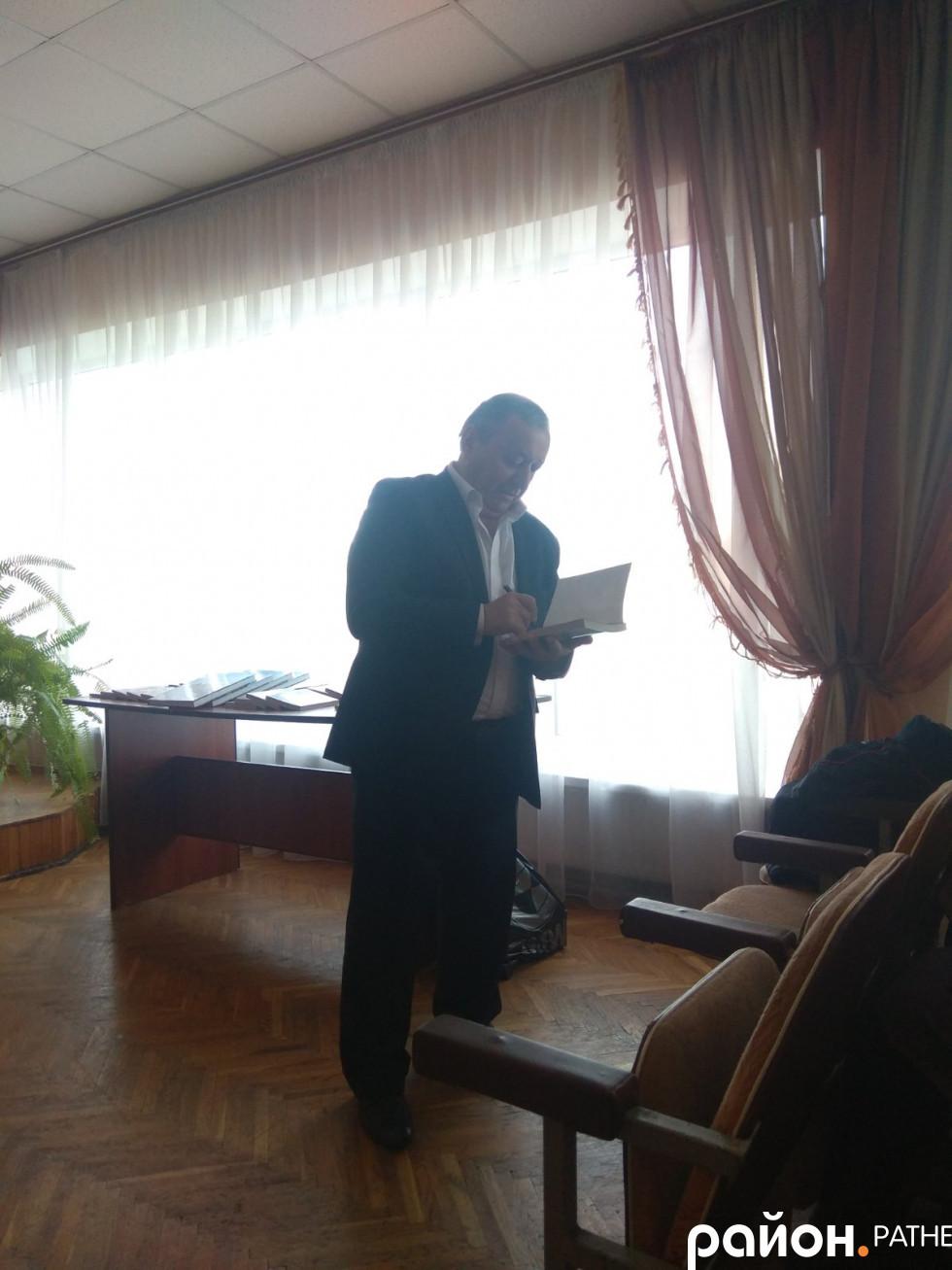 Євген Хотимчук лишає у книзі свій автограф
