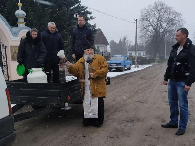 На Ратнівщині вулиці села освятили водою
