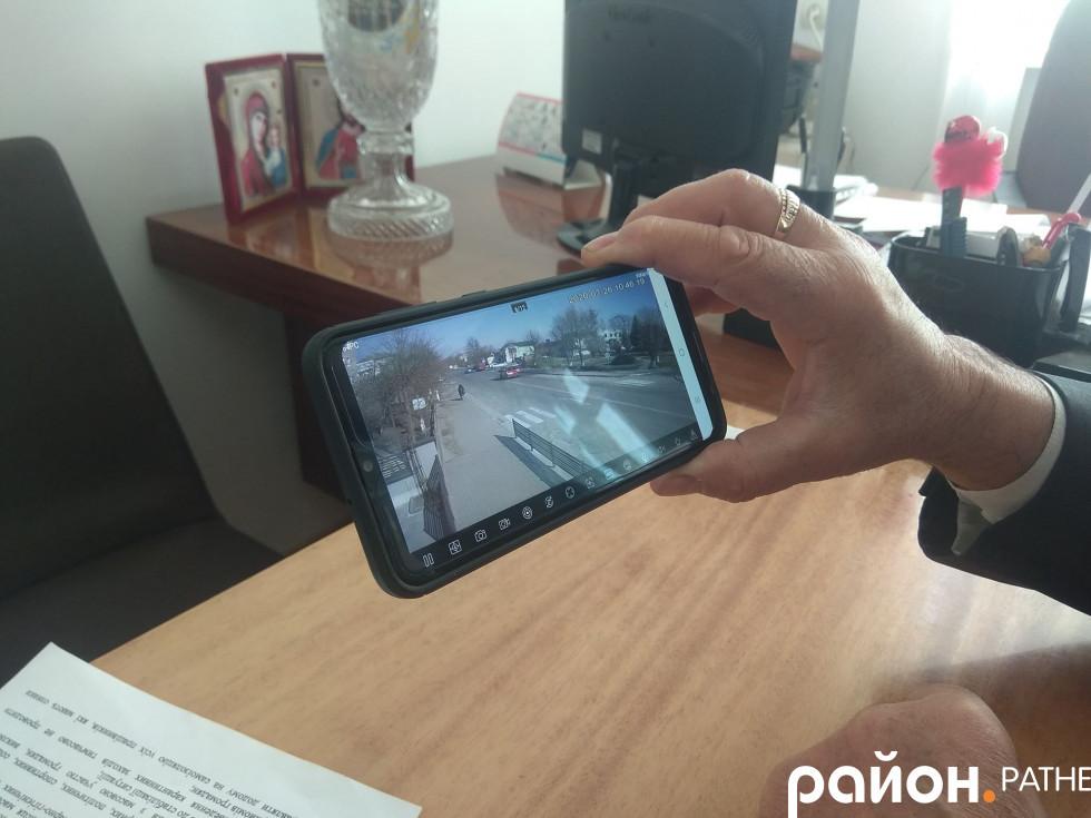 Селищний голова показує роботу камери відеоспостереження