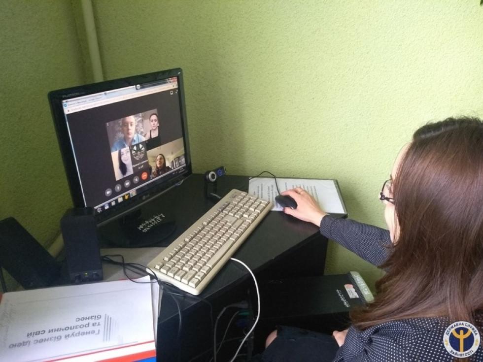 Фахівчиня служби зайнятості спілкується із ратнівчанами онлайн