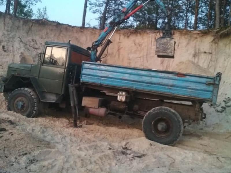 На Ратнівщині поліцейські затримали чоловіка, який незаконно вивозив пісок з кар'єра
