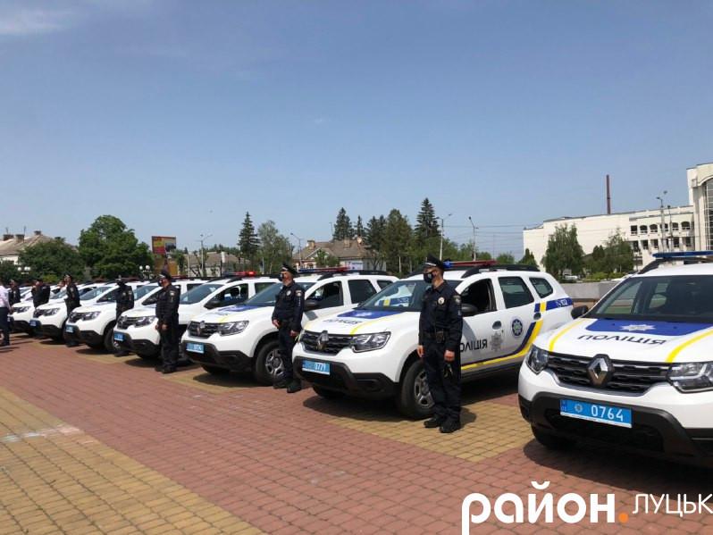 Волинські офіцери громад поруч з подарованими автомобілями