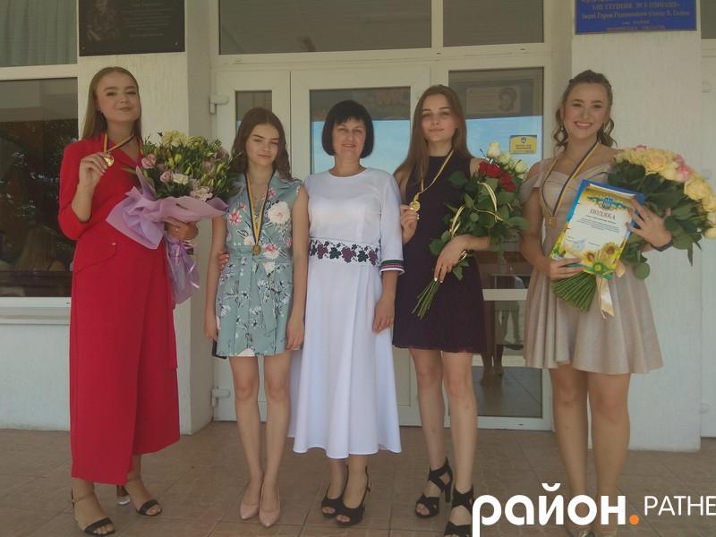 Випускниці школи-гімназії разом із керівницею Катериною Власюк