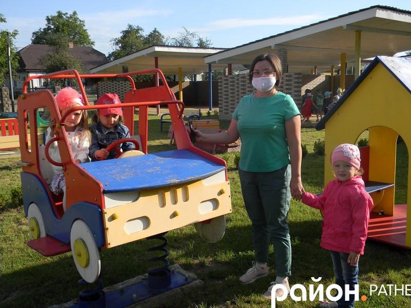 Людмила Дейнека зі своїми вихованцями