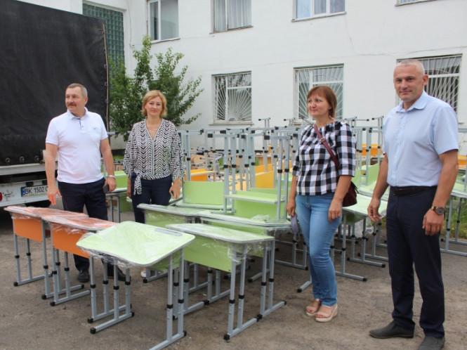 Ратнівські школи отримали сучасні меблі для першокласників