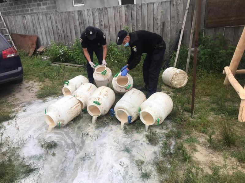 На Ратнівщині поліцейські виявили у жінки та знищили пів тонни браги