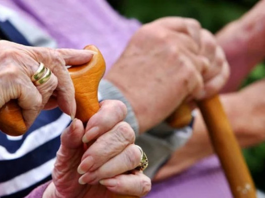 В Україні з квітня підвищать пенсійний вік для жінок з 59,5 до 60 років.