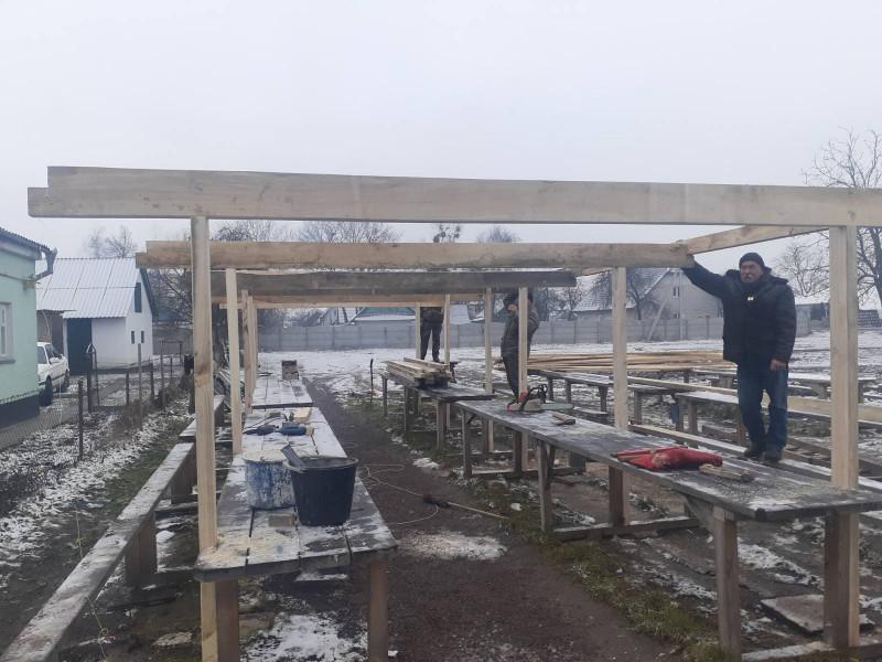 Комунальники облаштовують покрівлю над торговими рядами