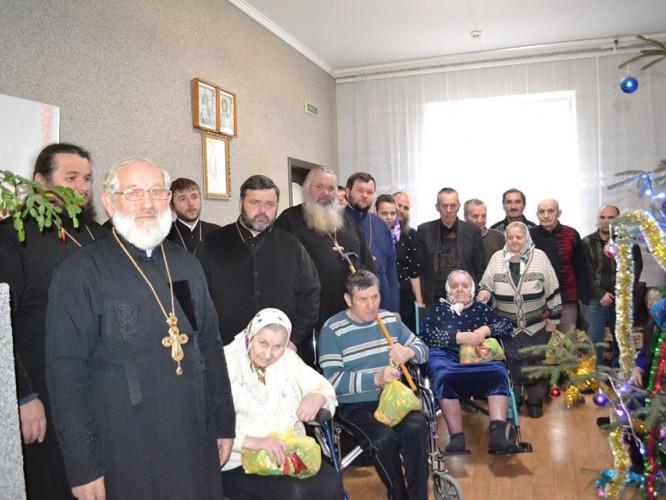 Ратнівські священики із мешканцями притулку
