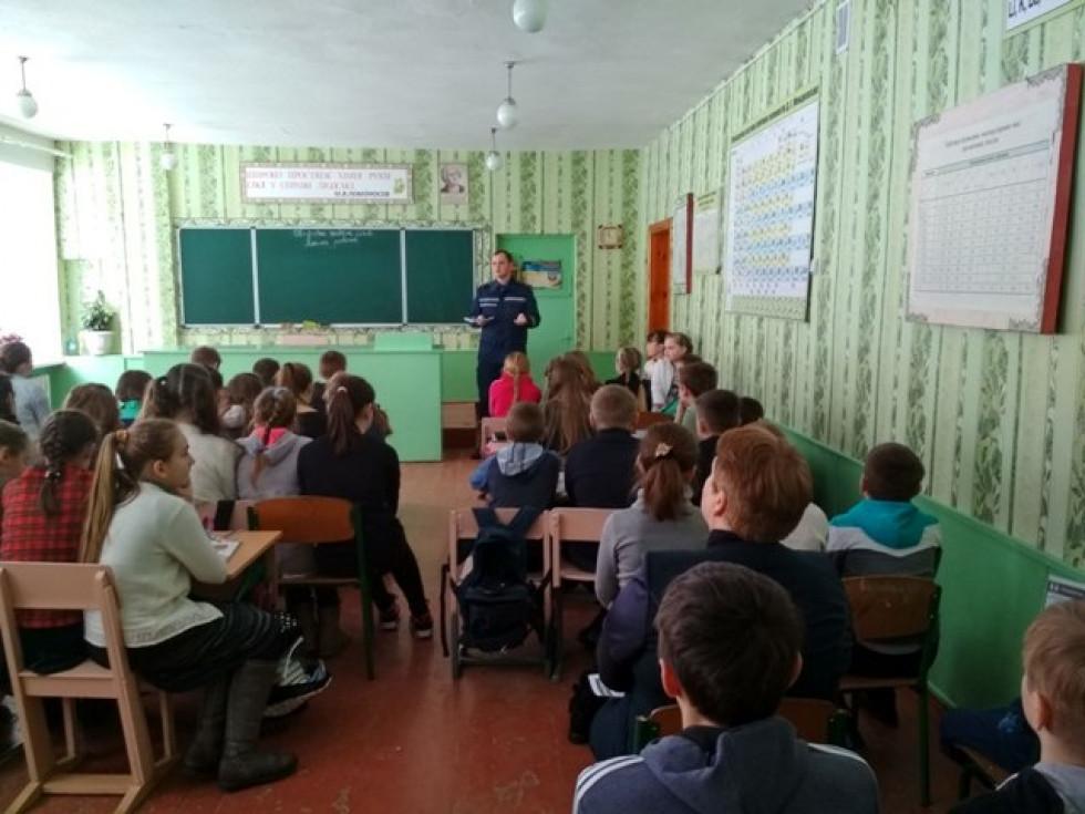Школярі уважно слухають лектора