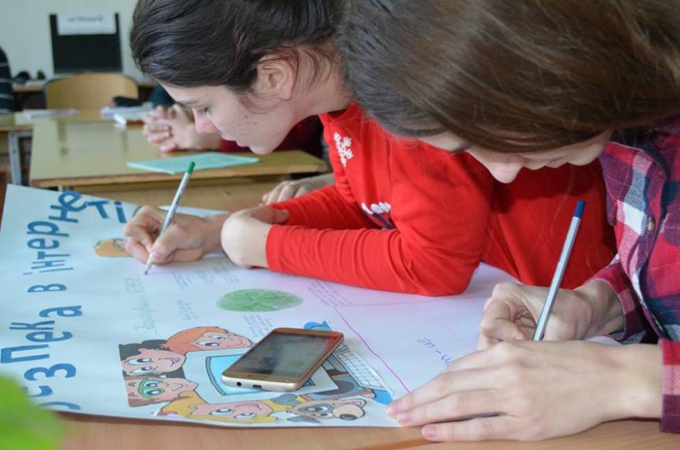 Школярі створюють тематичну стінгазету