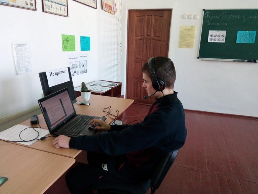 Школяр бере участь у вебінарі системи Cisco Webex