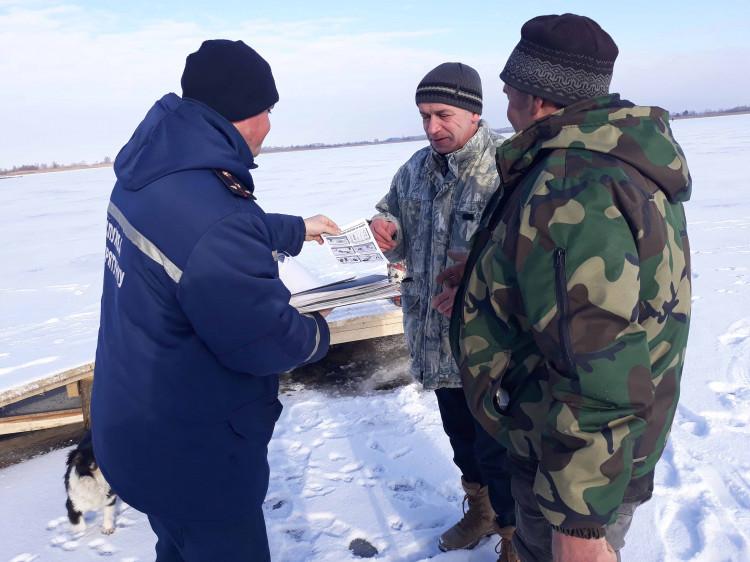 Фахівці ДСНС нагадують рибалці правила поведінки на льоду