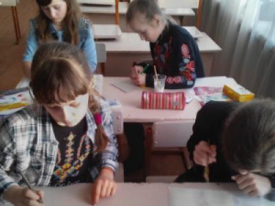 Учні створюють гіпсовий рельєф